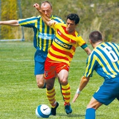 Brazylijczyk Hermes (przy piłce) z opaską kapitana zespołu poprowadził Jagiellonię do zwycięstwa nad Arką Gdynia 1:0. On też strzelił zwycięskiego gola z rzutu karnego.
