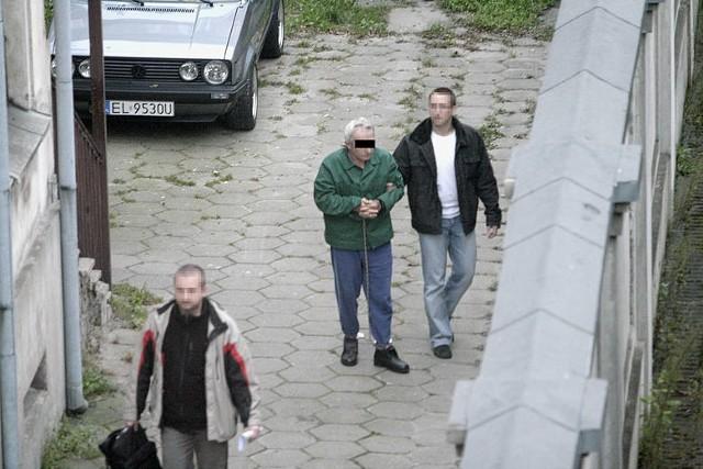 """O tej zbrodni mówiła cała Polska. 19 października 2010 r. Ryszard C., 62-letni taksówkarz z Częstochowy, wszedł do łódzkiego biura PiS  (mieszczącego się wówczas w pasażu Schillera) jak do siebie, zastrzelił Marka Rosiaka i ciężko ranił nożem Pawła Kowalskiego. Rosiak był przypadkową ofiarą - C. otwierając ogień  nie wiedział do kogo strzela. Tuż po zatrzymaniu morderca Rosiaka mówił: """"Chciałem zabić Kaczyńskiego, ale miałem za małą broń"""". Śledztwo wykazało, że taksówkarz wystrzelił ośmiokrotnie, cztery strzały sięgnęły Marka Rosiaka. Po wystrzałach napastnik sięgnął po nóż, którym ugodził Kowalskiego. Zamach był zaplanowany.  Ryszard C. przybył do Łodzi kilka dni wcześniej i obserwował siedzibę PiS. Biegli uznali go za poczytalnego, a sąd skazał na dożywocie...Czytaj więcej na następnej stronie"""