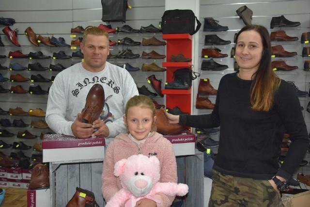 Od prawej: Milena, Amelka i Mariusz Śmiecikowscy w swoim starachowickim sklepie przy ulicy Nadrzecznej.