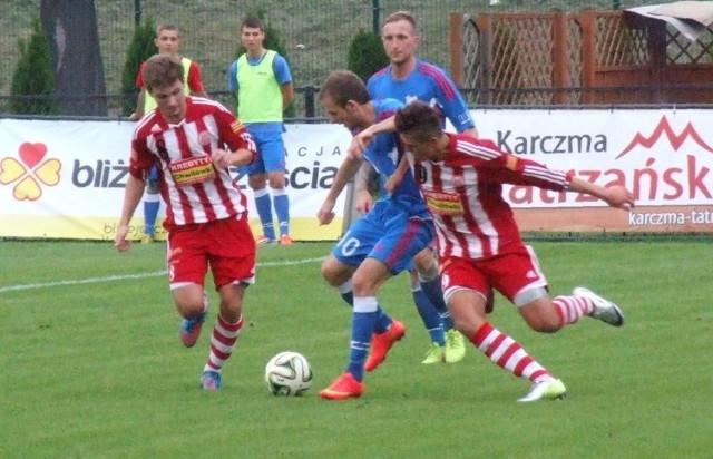 Dawid Skiernik (z lewej) uratował punkt dla Soły Oświęcim w wyjazdowym meczu przeciwko Wiśle Sandomierz (1:1) w grupie małopolsko-świętokrzyskiej III ligi piłkarskiej.