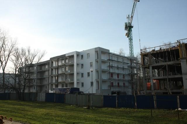 Budowa mieszkańMarże banków idą w górę, ale rata przeciętnego kredytu mieszkaniowego wciąż utrzymuje się poniżej tysiąca złotych.