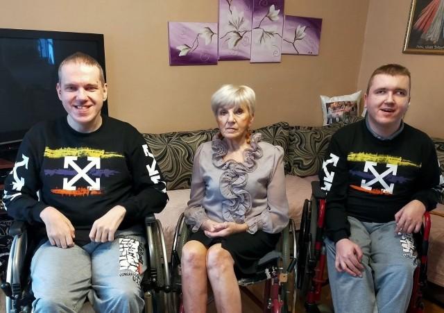 Ta rodzina jest wyjątkowo doświadczona przez los. 66-letnia Mama Halina i dwaj synowie, 40-letni Sylwester i 32-letni Adam z Niezabyszewa poruszają się wyłącznie na wózkach inwalidzkich.