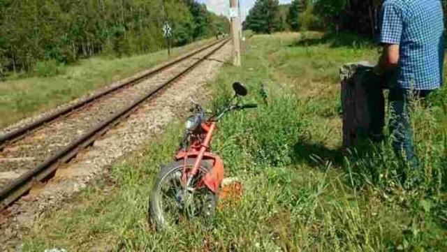 Motocyklista wjechał pod pociąg