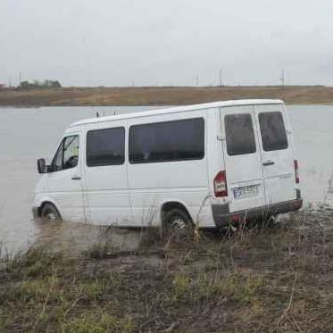 Kierowca mercedesa wjechal w czwartek rano do jeziora we Wlodzieninie.