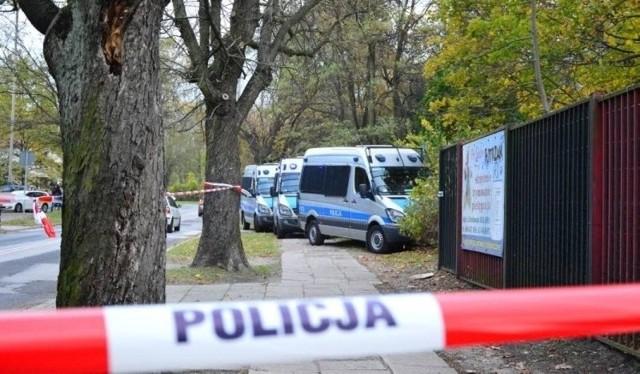 """Dotarliśmy do raportu Komendy Miejskiej Policji w Łodzi. W 2018 r. odnotowano aż 78 353 zdarzeń (co 7 minut!). A najwięcej zgłoszeń dotyczyło... złego parkowania.W ubiegłym roku w Łodzi policjanci doliczyli się ponad 78 tys. zdarzeń, które wymagały ich obecności. W tej liczbie są m.in. kontrole pojazdów, legitymowanie, interwencje w przypadku przestępstw, zabezpieczenia imprez, patrole uliczne itp. A to oznacza, że policjanci interweniowali średnio co 6 minut. Zdarzenia drogowe stanowiły przy tym zaledwie 16 proc. wszystkich interwencji policji w mieście, a dziennie było ich średnio 35.Policjanci byli wykorzystani do zabezpieczenia 972 imprez, w tym 174 wizyt grup wycieczkowych z Izraela i 132 uroczystości z okazji świat kościelnych (a tylko 39 meczów piłki nożnej, przy czym mecze Widzewa wymagały """"obsługi"""" przez 3841 funkcjonariuszy, a ŁKS przez 2180 policjantów).Nad bezpieczeństwem na ul. Piotrkowskiej (policja określa ją """"strefą zero"""") czuwało średnio 9 policjantów dziennie, ale w weekendy i nocą blisko 20 i trzech strażników miejskich. Na Piotrkowskiej wylegitymowano 7154 osoby, skontrolowano 685 aut i wystawiono 1087 mandatów.NA ZDJĘCIU: Jednym z najbardziej tragicznych wydarzeń było zabójstwo 28-letniej Pauliny D.WIĘCEJ - CZYTAJ NA KOLEJNYM SLAJDZIE"""