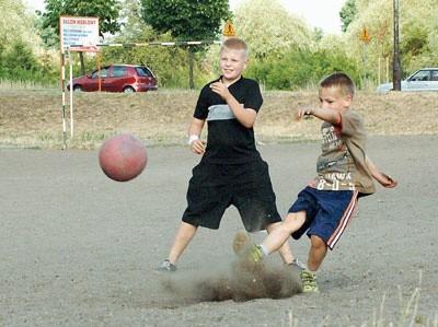 Daniel i Patryk codziennie męczą się na boisku przy al. Zjednoczenia. Marzą o trawie. Na razie grając, toną w kurzu i pyle.