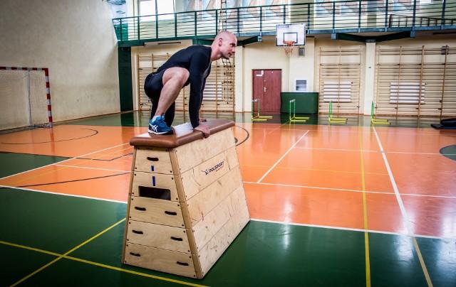 Aby zostać policjantem, trzeba m.in. zdać test sprawności fizycznej, który jest przeprowadzany na sali gimnastycznej. W galerii prezentujemy wszystkie ćwiczenia, które należy wykonać, aby zaliczyć test. Zobacz, jakie ćwiczenia trzeba wykonać ---->