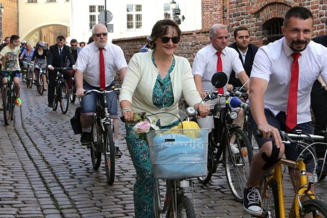 Rower, to doskonały, tani, zdrowy, ekologiczny, cichy i przyjemny środek transportu. Można nim dojeżdżać do pracy, na zakupy, spotkania - nie ma ograniczeń. Rower nie tylko świetnie zastępuje samochód, ale w wielu kwestiach stanowi nad nim wyższość. Społeczność jeżdżąca na rowerach jest zdrowsza i sprawniejsza, a miasto widziane z pozycji siodełka wydaje się o wiele ciekawsze.