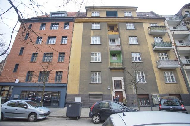 Po lewej budynek hotelu przy Limanowskiego 15. Po prawej  kamienica wciąż należąca do Romana Maciejowskiego, uciekiniera z Polski.