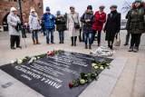 Gdańszczanie przy tablicy pamięci Pawła Adamowicza. Odsłonięto ją w rocznicę zabójstwa prezydenta Gdańska [zdjęcia]