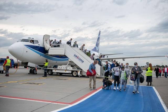 Wzruszeni, lekko oniemiali, zmęczeni, niektórzy śpiący, ale szczęśliwi. Po wielu latach oczekiwania, repatrianci z Kazachstanu przylecieli do Polski. W piątek po południu na płycie lotniska Ławica wylądował samolot LOT-u z grupą 85. Polaków, mieszkających do tej pory w Kazachstanie. Przejdź do kolejnego zdjęcia --->