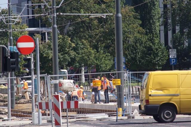 Lato to zwyczajowo okres wykorzystywany do remontów dróg. W te wakacje w Poznaniu również nie zabraknie prac, które oznaczają utrudnienia w ruchu, objazdy i zmiany tras autobusów i tramwajów. Zobacz, gdzie i kiedy odbędą się remonty ----->