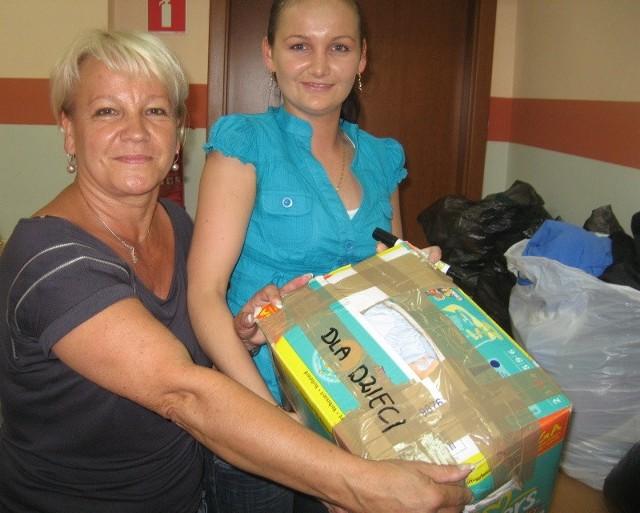 Elżbieta Hryniewicz (z lewej) i Justyna Laskowska z opieki społecznej pakują dary dla powodzian z mazowieckich Słubic. - Ludzie przynoszą sporo rzeczy dla dzieci - mówią.