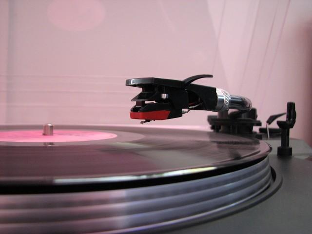Adaptery są coraz popularniejszeAdaptery i gramofony wracają do łask (WIDEO)