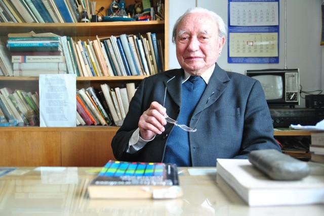 Prof. Kazimierz Sykut nadal ma swój pokój na Wydziale Chemii, pełen książek i pamiątek, które przypominają o pracy na uczelni.