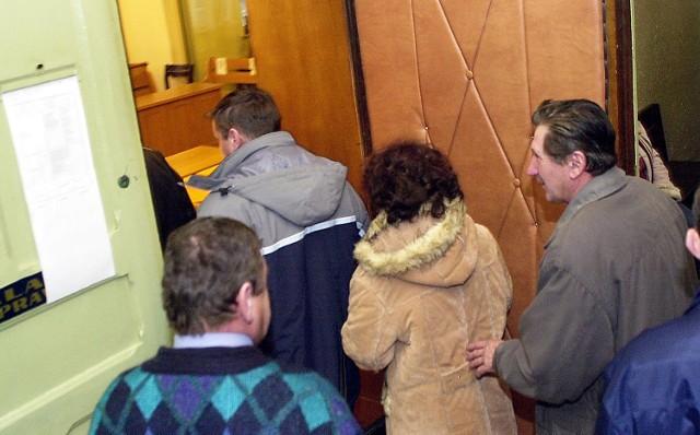 Oskarżeni wchodzą na salę rozpraw.