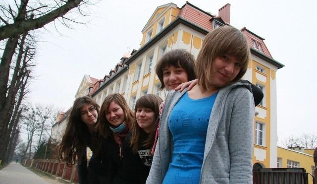 - Nasza szkoła jest teraz najładniejsza w mieście - mówią gimnazjalistki Magdalena Jóźwiak, Paulina Cygan, Paulina Jeryś, Maria Baczewska i Anna Cyran.
