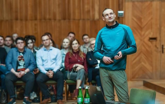 Na czwartkowe spotkanie z Adamem Bieleckim w Bydgoszczy przyszło 900 osób. Jeden z najlepszych himalaistów świata opowiadał o życiowej drodze, jaka zawiodła go zimą na K2.