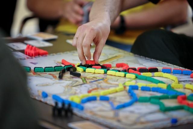 Gra w planszówki podczas podróży pociągiem, to świetny pomysł