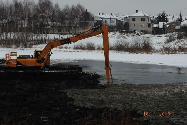 Rozpoczęła się przebudowa drogi na trasie Łapy- Białystok. W ramach inwestycji zostanie wybudowany również nowy wiadukt w Uhowie na rzece Narew.CZYTAJ: Droga Łapy - Białystok. Łopaty już zostały wbite. Będzie bezpieczna trasa [WIDEO]