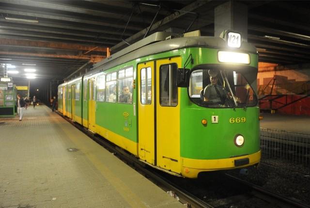 """W czasie zawieszenia poznaniacy będą mogli skorzystać z zastępczej komunikacji miejskiej w postaci autobusu """"za tramwaj"""" T21."""