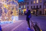 Tarnów już praktycznie gotowy na święta. Zobaczcie najpiękniejsze iluminacje na ulicach i placach [ZDJĘCIA]