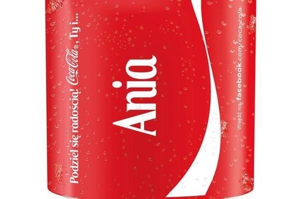 Coca-Cola. Po raz pierwszy w historii logo firmy zastąpiły polskie imionaNa opakowaniach Coca-Coli znajduje się ponad 150 najpopularniejszych w Polsce imion