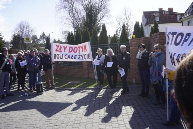 W niedzielę 24 marca pod siedzibą Zakonu Chrystusowców w Puszczykowie odbyła się manifestacja. Osoby piętnujące pedofilię w Kościele domagały się wycofania kasacji w kontekście sprawy księdza Romana B.