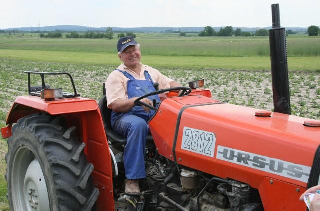 Jan Kobylecki, plantator truskawek z Porąbek w gminie Bieliny, twierdzi, że w tym roku będzie, niestety, mniej truskawek, bo przemarzły w czasie ostrych mrozów i na dodatek za-atakował je szkodnik. Sezon w zagłębiu bielińskim rozpocznie się w przyszłym tygodniu, a prawdziwy wysyp spodziewany jest za około dziesięć dni.