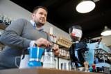 Kawa ma około tysiąca smaków i aromatów - mówi barista Marcin Zalewski. - Prawie dwa razy więcej niż wino.