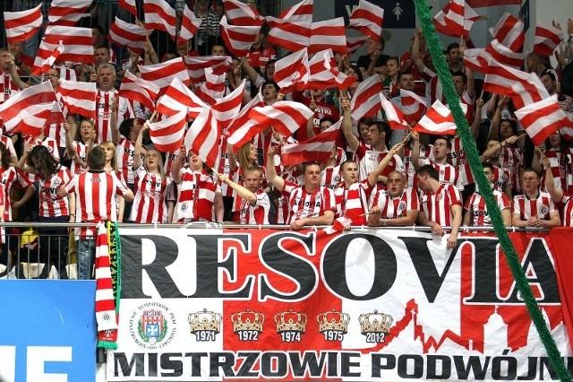 Kibice Asseco Resovii przejechali za swoją drużyną tysiące kilometrów. Tutaj podczas finałowych meczów sezonu 2012/13 w Kędzierzynie-Koźlu.