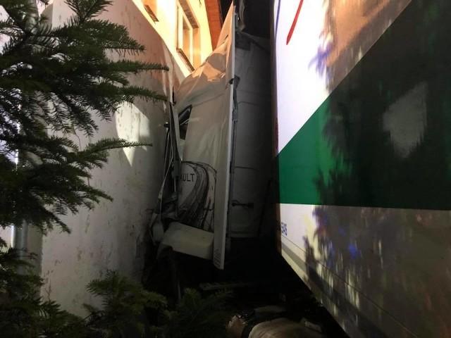 Wypadek w Pietraszowie. Ciężarówka wjechała w dom.
