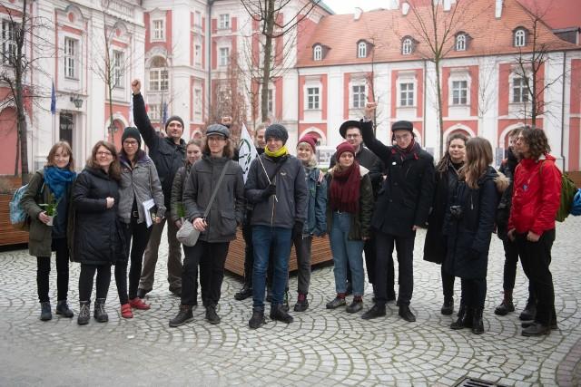 W piątek w urzędzie miasta członkowie ruchu Extinction Rebellion Poznań złożyli projekt uchwały w sprawie przeprowadzenia przez prezydenta panelu dedykowanemu przeciwdziałaniu zmianom klimatu. Pod projektem podpisało się 376 mieszkańców.