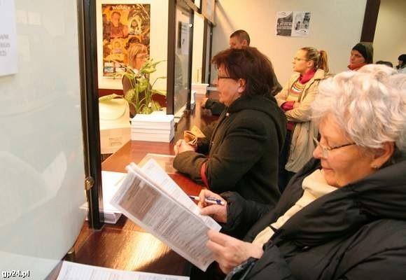 Jedno z tradycyjnych (drugie to wysyłka pocztą) rozliczeń podatkowych - osobista wizyta przy okienku skarbówki