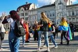 Kolorowy taniec na Starym Rynku w Bydgoszczy. W geście solidarności z osobami LGBT [zdjęcia]