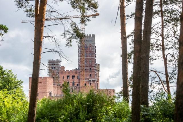 Budowa zamku w Stobnicy budzi ogromne kontrowersje. W poniedziałek, 21 grudnia, agenci CBA weszli do Urzędu Wojewódzkiego po dokumenty związane z tą inwestycją
