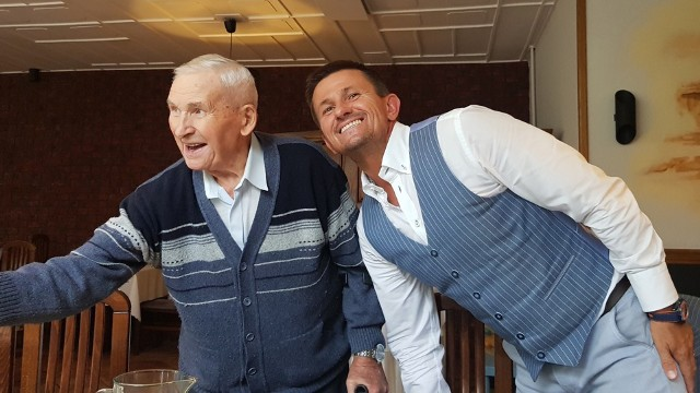 Pan Józef jest na co dzień bardzo towarzyską osobą. Tutaj na zdjęciu z wnukiem Piotrem.