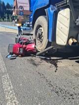 Poronin. Poważny wypadek przed urzędem gminy. Motocyklista potrącony przez ciężarówkę