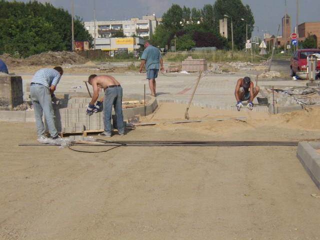 Radny gminy Antoninów Alfred Fronsiak pokazuje zarośnięte wały na Małej Panwi.