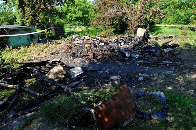 Pożar altany na działkach w RzeszowiePolicja ustala tożsamość mężczyzny, którego ciało znaleziono dziś w nocy w zgliszczach altany na ogródkach działkowych przy ul. Podwisłocze w Rzeszowie.