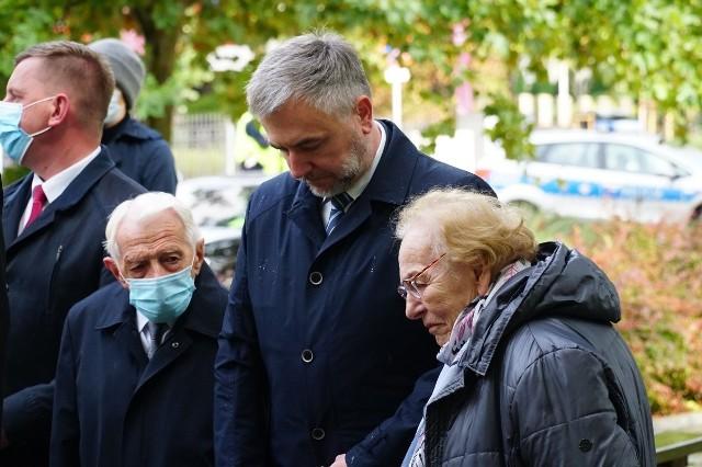 W tym roku uroczystości upamiętniające kolejną - 81. rocznicę powstania Polskiego Państwa Podziemnego ze względu na pandemię koronawirusa zostały mocno okrojone i ograniczyły się do tradycyjnego spotkania pod pomnikiem Polskiego Państwa Podziemnego i Armii Krajowej w Poznaniu. Kolejne zdjęcie --->