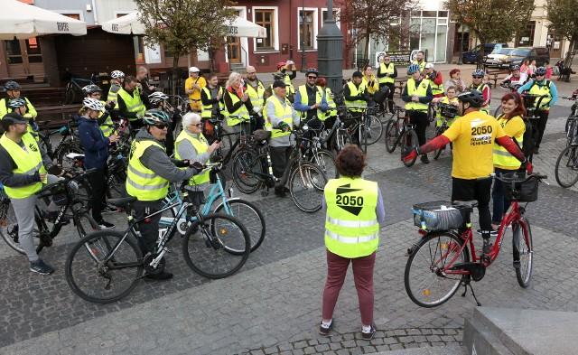 """Kilkudziesięciu miłośników jazdy na rowerach wzięło udział w rekreacyjnym rajdzie """"Żółta Fala"""", który w Grudziądzu zorganizowało Stowarzyszenie Polska 2050. Wystartowano z grudziądzkiego Rynku. """"Metą"""" była plaża miejska, gdzie przy ognisku raczono się pieczonymi kiełbaskami."""