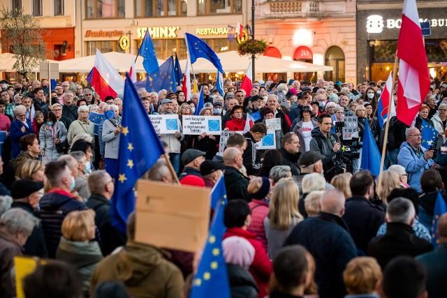 Niedzielna (10.10) demonstracja na Starym Rynku w Bydgoszczy. W tłumie poruszał się mężczyzna ze strzykawką. Zatrzymała go policja.