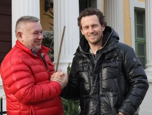 Zbigniew Czmuda (z lewej), właściciel pałacu w Wiechlicach, zaprosił do siebie Mariusza Czerkawskiego z rodziną. Hokeista jest zauroczony okolicami i wyremontowanym pałacem.