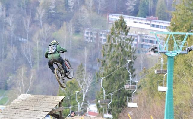 Trzeci dzień Doka Downhill City Tour w Ustroniu, tak jak dwa poprzednie, obfitował w ekstremalne emocje.Zobacz kolejne zdjęcia. Przesuwaj zdjęcia w prawo - naciśnij strzałkę lub przycisk NASTĘPNE