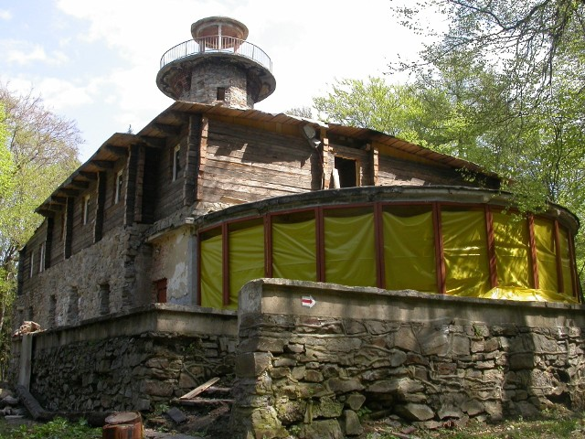 Schronisko na Górze Chrobrego nie miało dotychczas szczęścia. W 1996 roku spłonęło i stopniowo popada w ruinę.