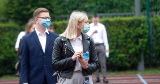 Matury w pandemii koronawirusa. W 2020 roku przed wejściem na sale maturzyści mieli sprawdzaną temperaturę.