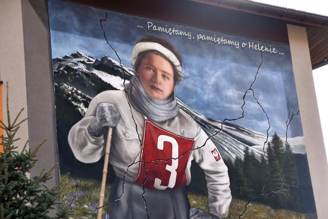 Mural odzwierciedla przedwojenne zdjęcie Heleny Marusarz na nartach. Zdobi jedną ze ścian Szkoły Podstawowej w Pogórskiej Woli