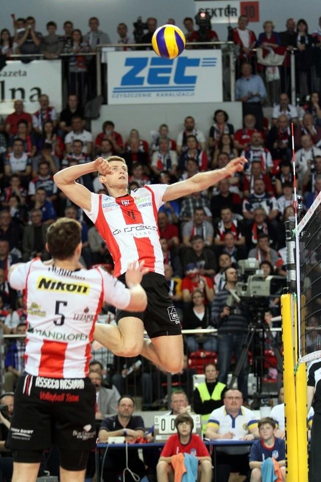 Piotr Nowakowski atakuje z nieosiągalnego dla innych pułapu.