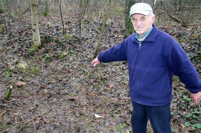 Stanisław Pawłowski pokazuje miejsce, w którym znalazł ciało Zbigniewa D.